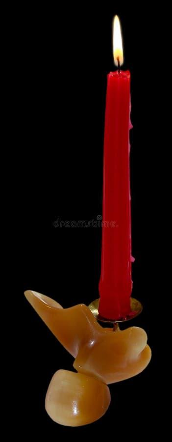 Подсвечник сделанный из оникса при красная изолированная свеча горения стоковое фото rf