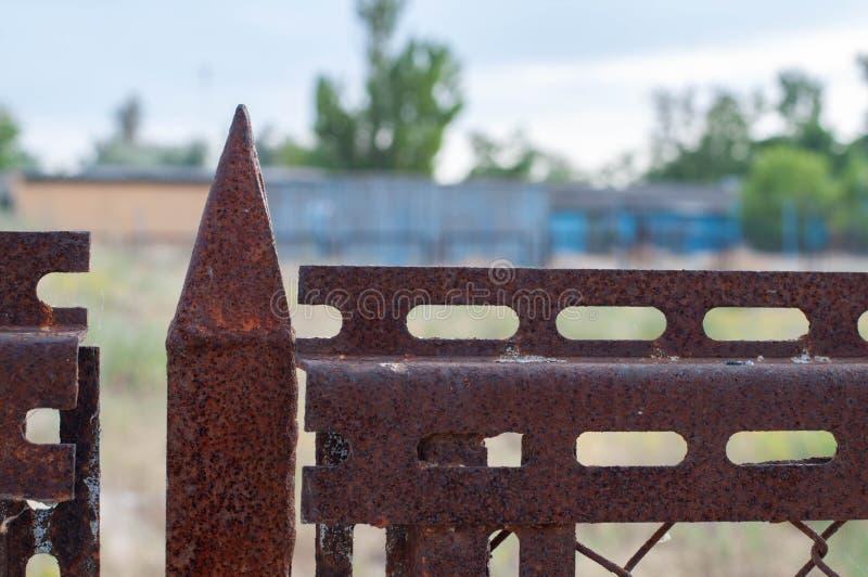 Подсказка треугольника форменная старого ржавого крупного плана загородки металла стоковое изображение