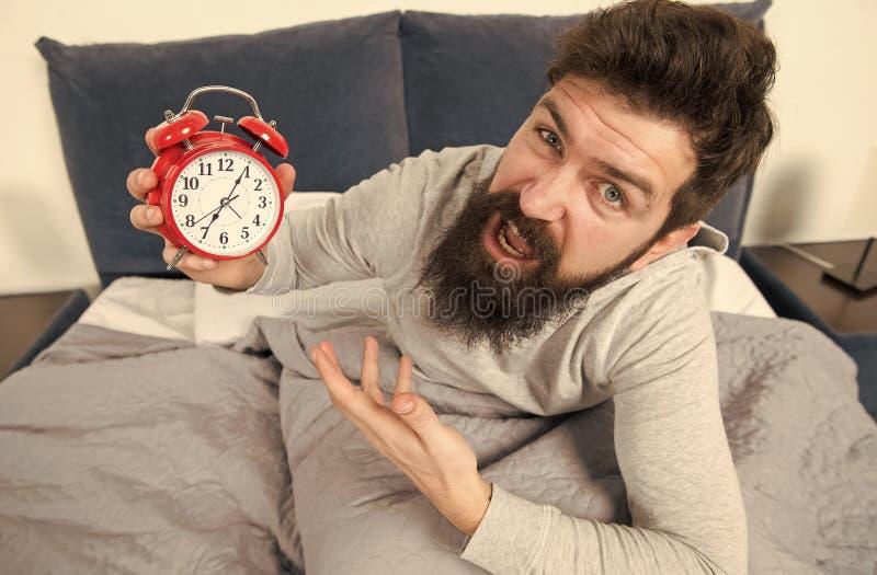 Подсказки для просыпать вверх предыдущее Сторона бородатого хипстера человека сонная просыпая вверх Ежедневное расписание для здо стоковая фотография