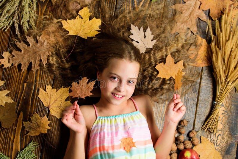 Подсказки на поворачивая падение в самый лучший сезон Сторона девушки ребенк усмехаясь кладет деревянные атрибуты падения предпос стоковое фото rf