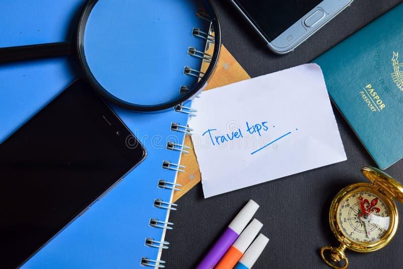 Подсказки перемещения на бумаге пасспорт, лупа, компас, Smartphone стоковые фото