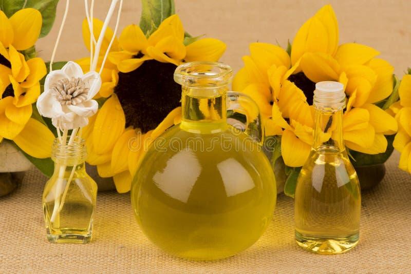 Подсолнечное масло, выдержка от солнцецвета на коричневой предпосылке стоковое фото