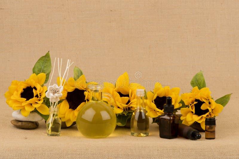 Подсолнечное масло, выдержка от солнцецвета на коричневой предпосылке стоковое изображение rf