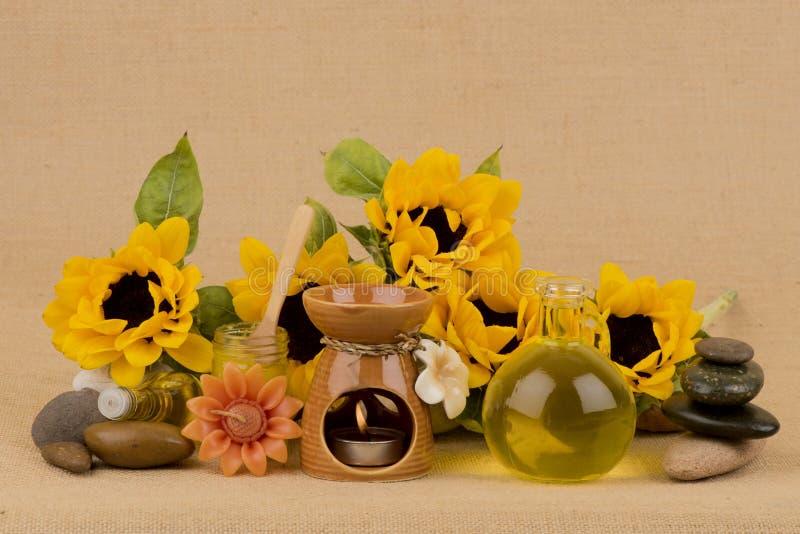 Подсолнечное масло, выдержка от солнцецвета на коричневой предпосылке стоковые фото