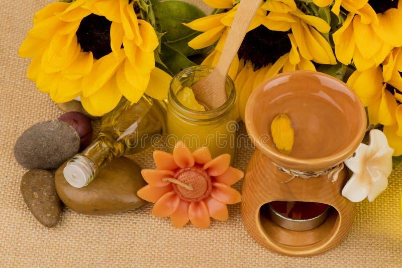 Подсолнечное масло, выдержка от солнцецвета на коричневой предпосылке стоковые изображения rf