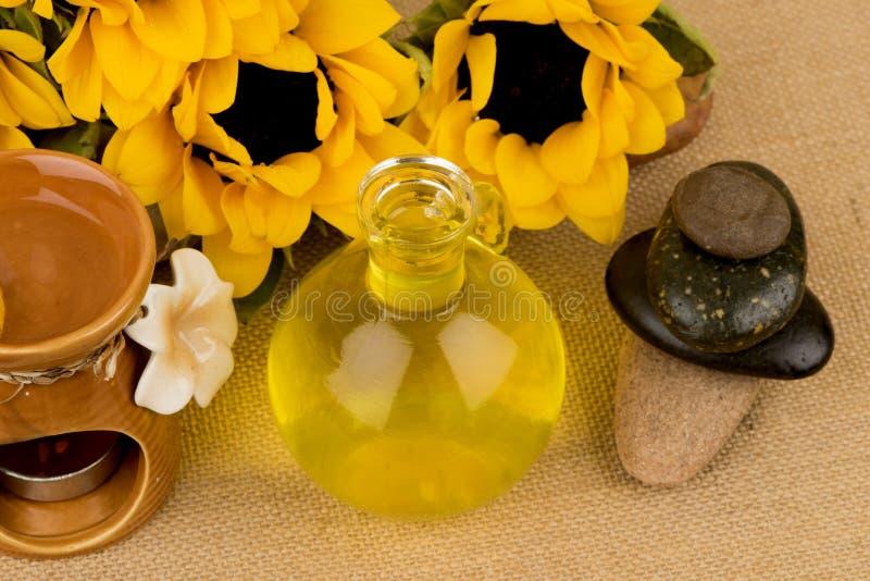 Подсолнечное масло, выдержка от солнцецвета на коричневой предпосылке стоковое изображение