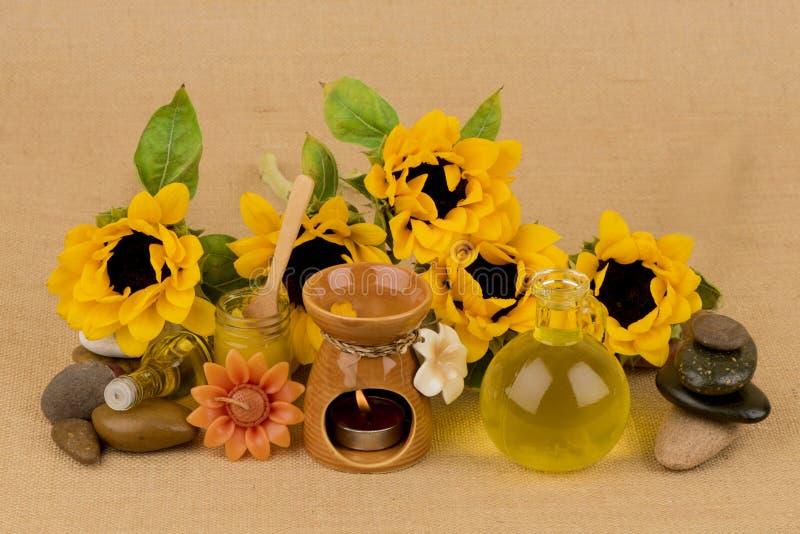 Подсолнечное масло, выдержка от солнцецвета на коричневой предпосылке стоковая фотография