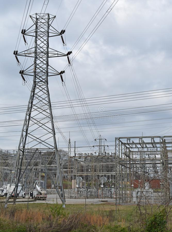 Подстанция электричества и башня передачи стоковое фото rf