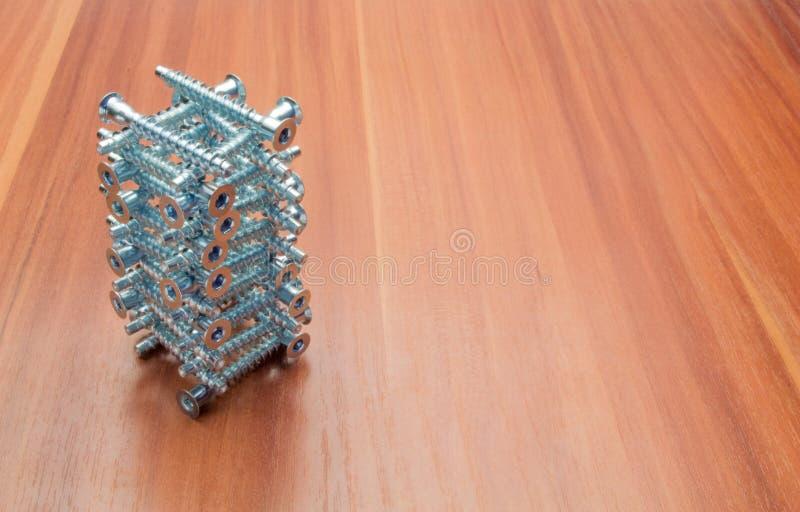 Подтверждения складываются в виде башни, построенной на махогании стоковая фотография