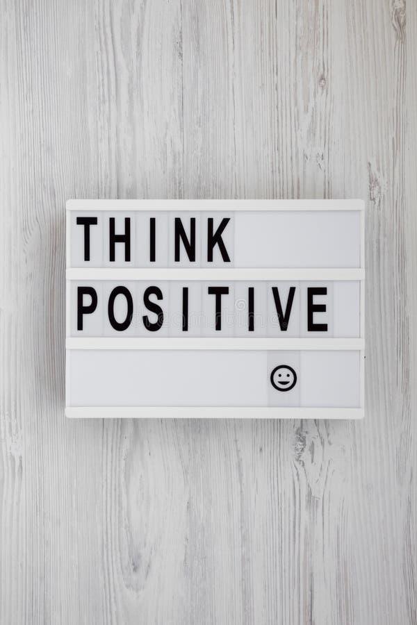'Подумайте положительно': слова на современной доске на белой деревянной поверхности, вид сверху Наклон, сверху, плоский стоковые изображения