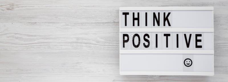 'Подумайте положительно': слова на современной доске на белом деревянном фоне, вид сверху Наклон, сверху, плоский Копировать прос стоковые изображения