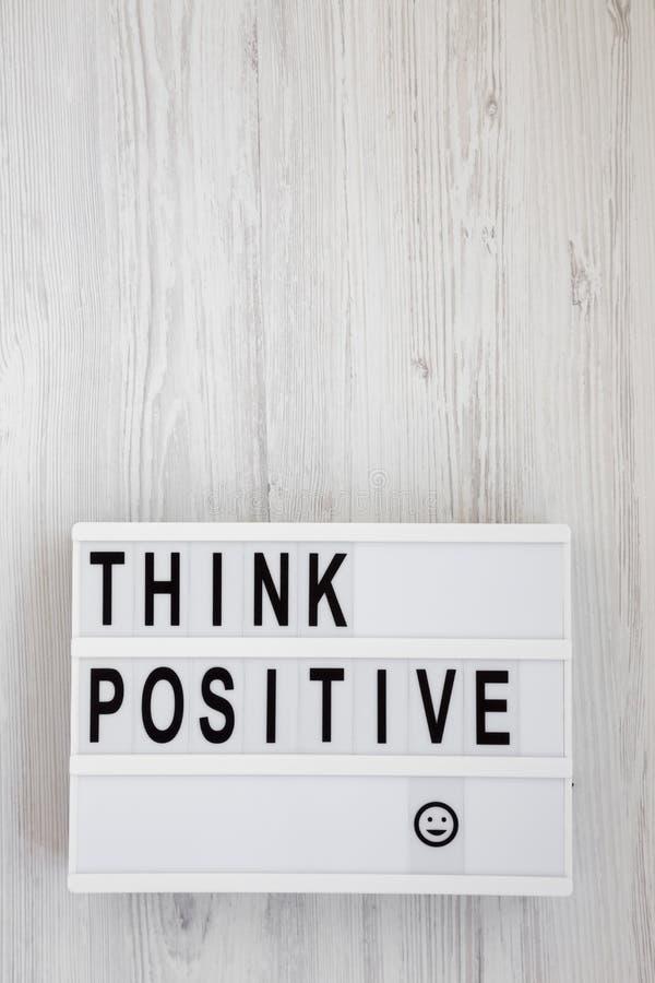 'Подумайте положительно': слова на современной доске на белом деревянном фоне, вид сверху Наклон, сверху, плоский Копировать прос стоковая фотография rf