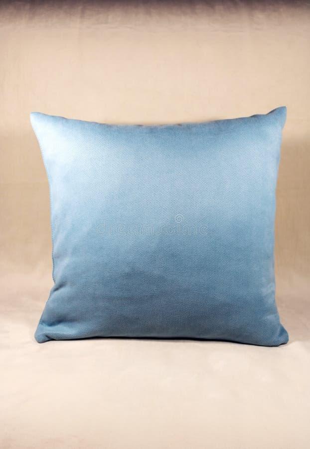 Подушка Teal на белой софе бархата стоковые фотографии rf