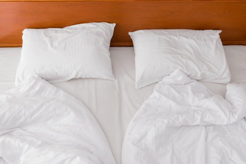 2 подушки и скомканной кровать в взгляде гостиницы стоковое фото rf