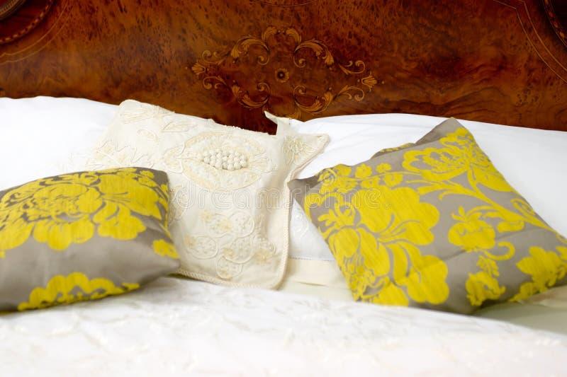 подушки кровати славные стоковое изображение