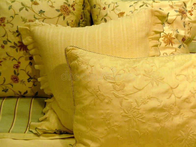 подушки постельных принадлежностей роскошные высококачественные стоковое изображение rf