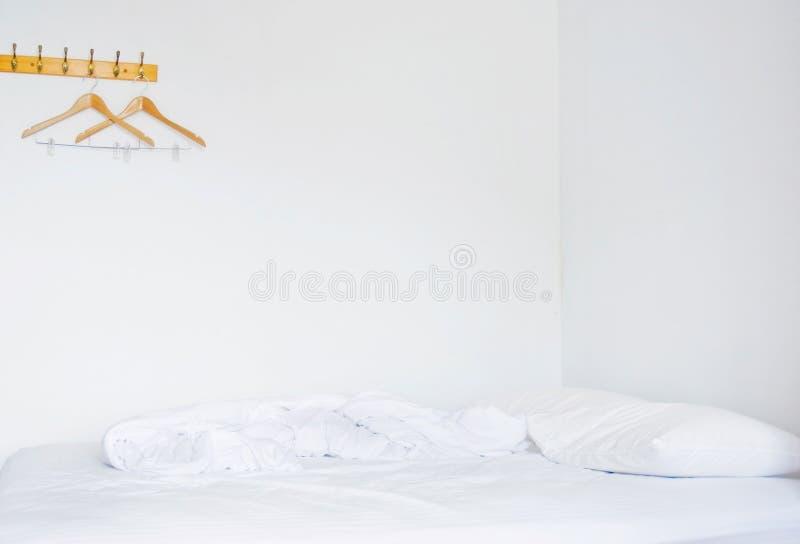 подушки спальни кровати пустые стоковое изображение