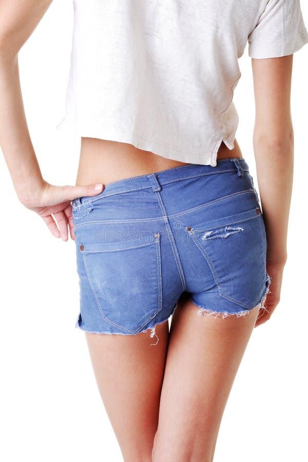 Подходящая женщина в краткостях джинсыов стоковое фото