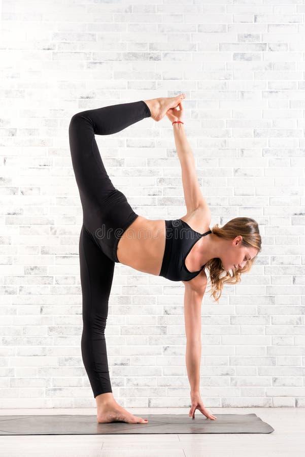 Подходящая женщина делая представление йоги chapasana chandra ardha стоковые изображения rf