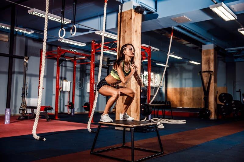 Подходящая коробка молодой женщины скача на стиль crossfit стоковое изображение rf