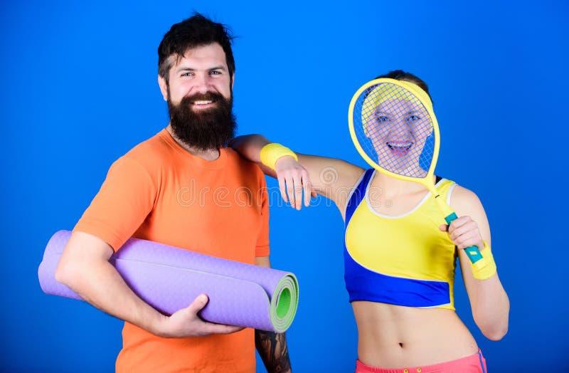 Подходящий и здоровый r Пары человека и женщины влюбленн в циновка йоги и оборудование спорта r стоковые фото