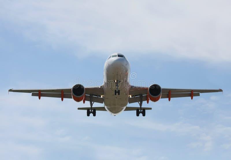 подход к авиалайнера своя посадка делает стоковое фото