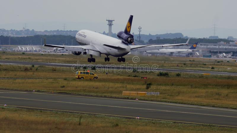 Подход к McDonnell Douglas MD-11 груза Люфтганзы стоковые изображения