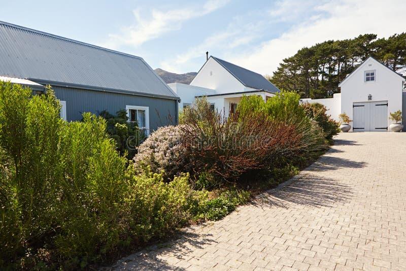 Подъездная дорога водя к большому дому стиля страны стоковое изображение