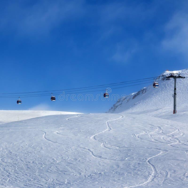 Подъем гондолы и наклон лыжи для freeriding стоковое фото rf