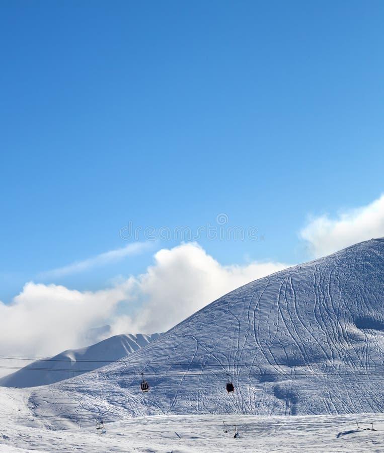 Подъем гондолы и снежный наклон лыжи -piste стоковая фотография