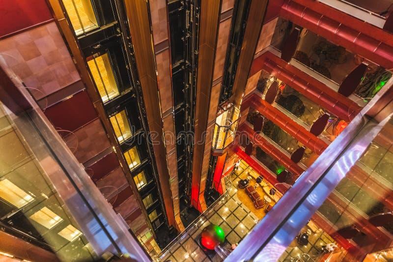 Подъем и внутренние палубы большой Косты Deliziosa туристического судна стоковое изображение