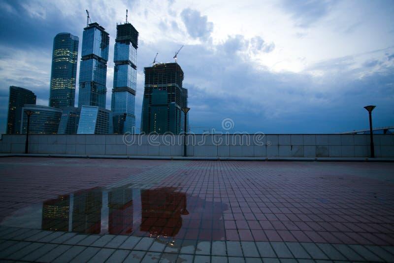 подъем конструкции зданий высокий вниз стоковое фото
