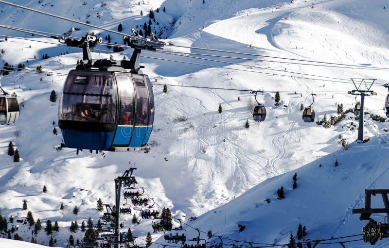 Подъем лыжи в Альпы с много лыжников на пути стоковые фотографии rf