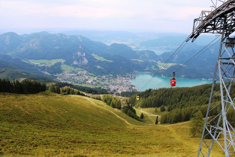 Подъем лыжи в горы около городка St Gilgen в Австрии стоковое фото rf