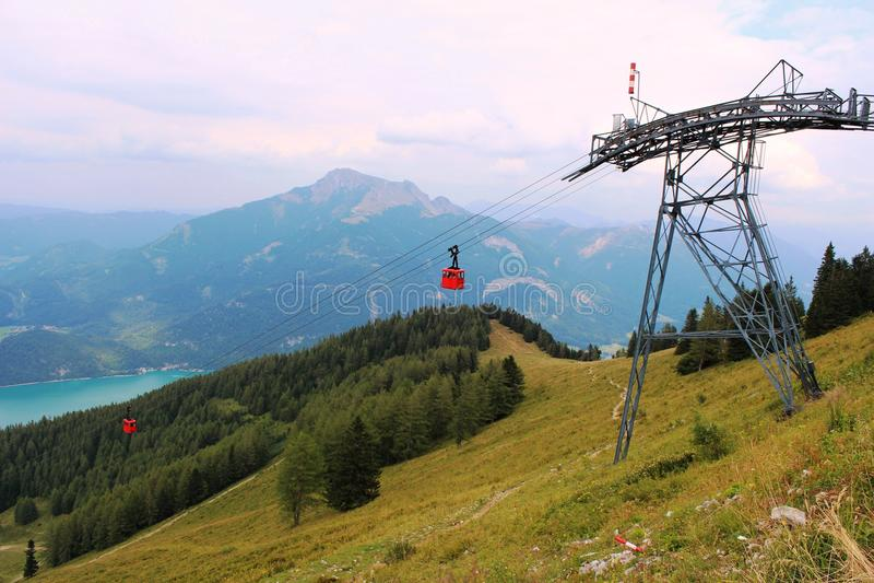 Подъем лыжи в горы около городка St Gilgen в Австрии стоковые фото