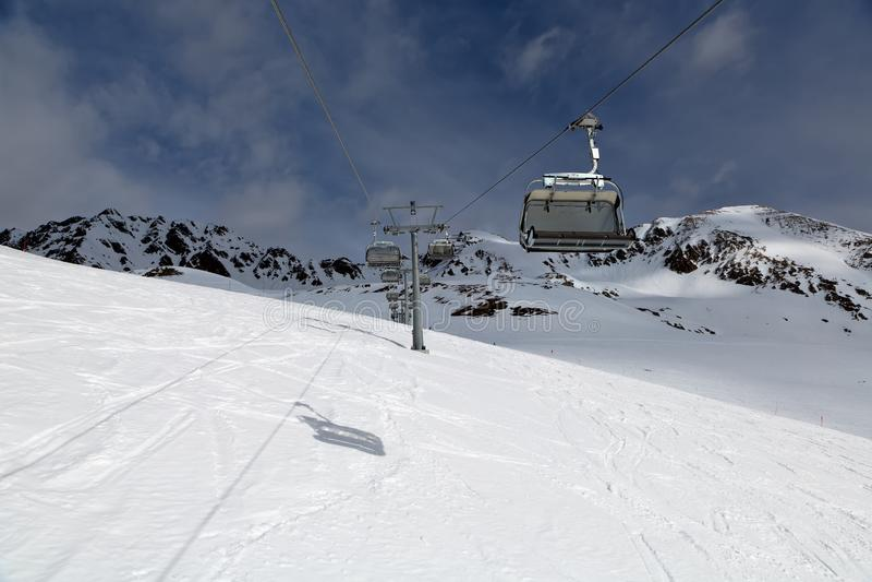 Подъем лыжи на лыжный курорт стоковые фото