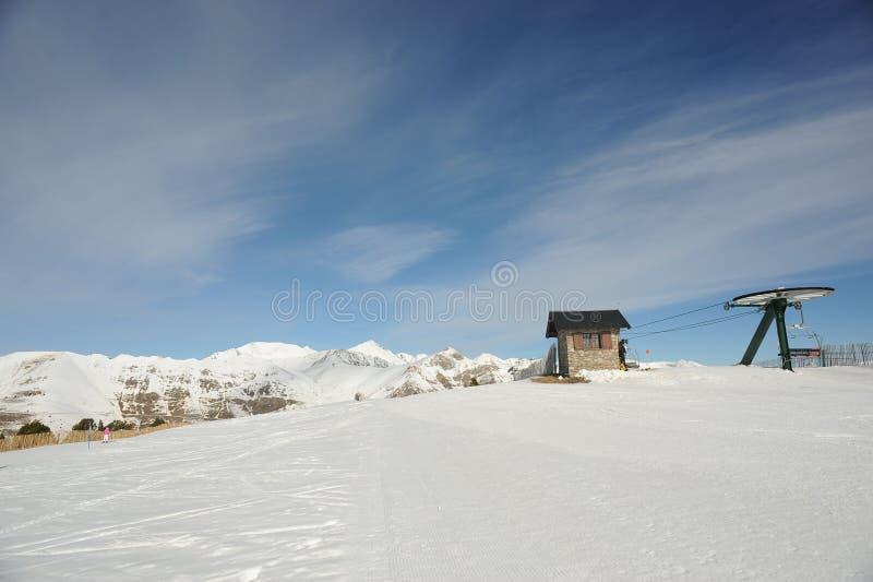 Подъем лыжи Coll Vallnord de Ла Botella, Европа, княжество Андорры, восточных Пиренеи, участка приятеля катания на лыжах стоковое изображение rf