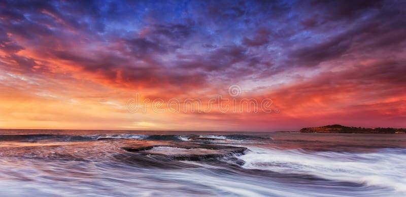Подъем облаков утесов Вейл Mona моря стоковое фото