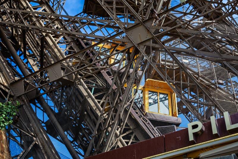 Подъем Эйфелева башни приходя внутри состыковать принятый в Париж стоковая фотография rf