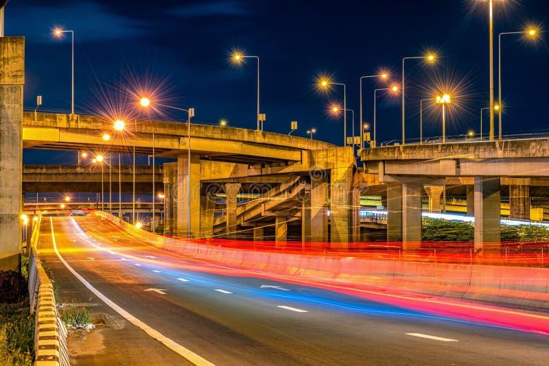 Под возвышенными дорогами Мост Экспресвэй и движение в ночное время стоковое фото rf
