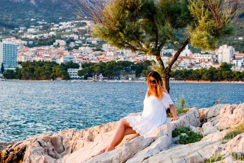 Под деревом на взморье в Makarska, Хорватия стоковые изображения