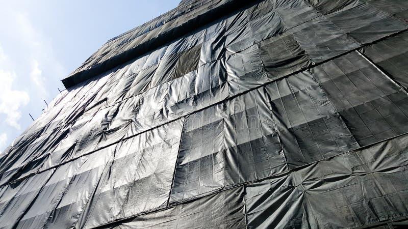 Под зданием конструкции которое предусматриванным черным холстом стоковые фотографии rf