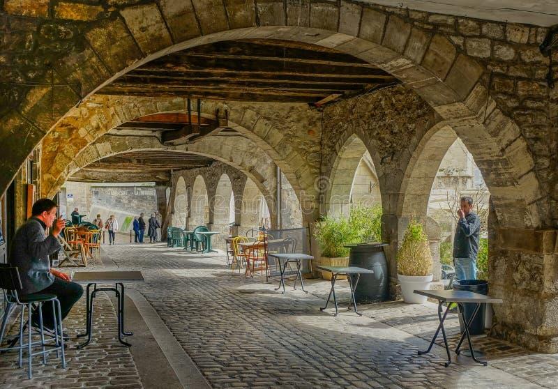 Под каменной аркой стоковые фото