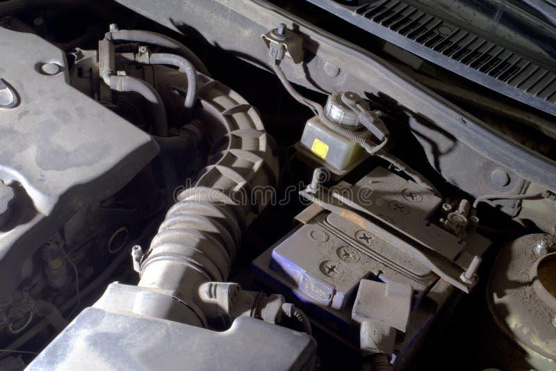 Под клобуком автомобиля компоненты корабля, освещенные фарой стоковое изображение