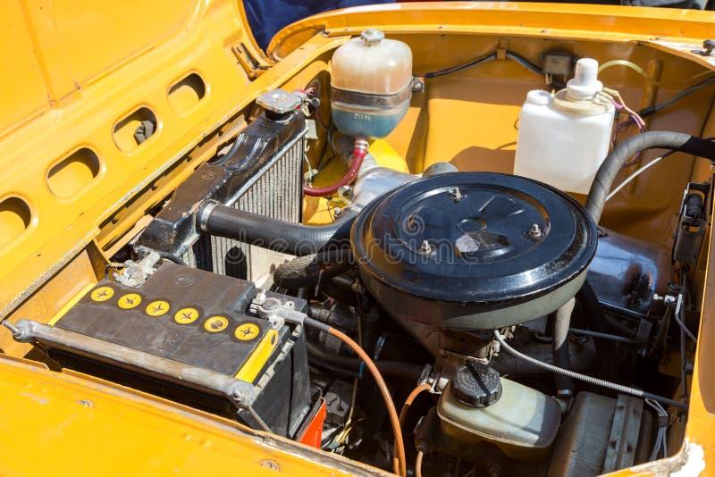 Под клобуком ретро русского автомобиля, двигатель автомобиля старого Совета стоковое изображение