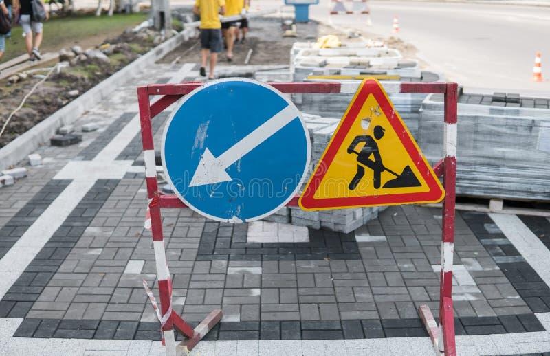Под крупным планом знака конструкции Дорожные работы подписывают для строительств в улице города на дороге тротуара ремонтировать стоковое изображение rf