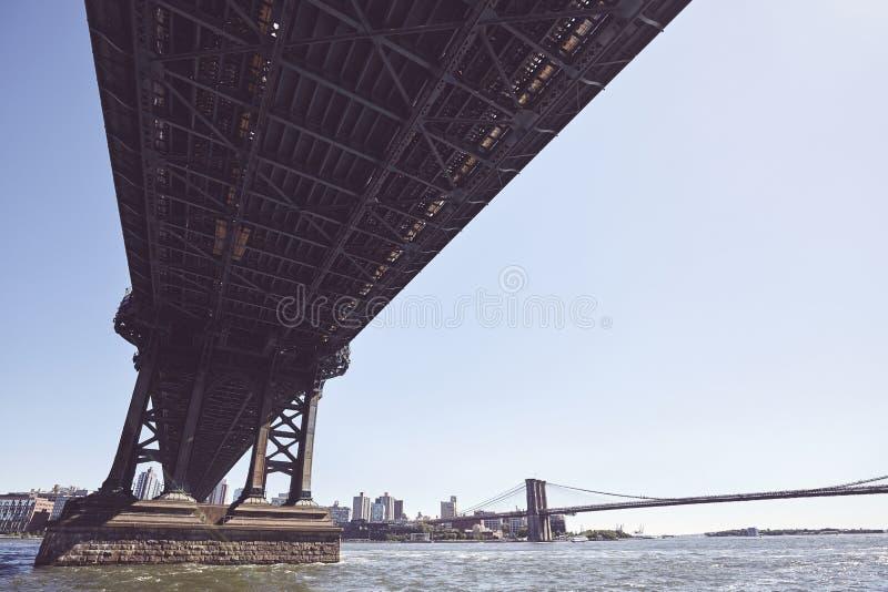 Под мостом Манхэттена, Нью-Йорк, США стоковые изображения
