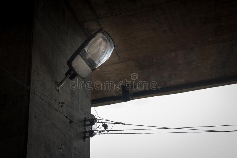 Под мостом фара провод Кабель пакостно Урбанско Город стоковые изображения