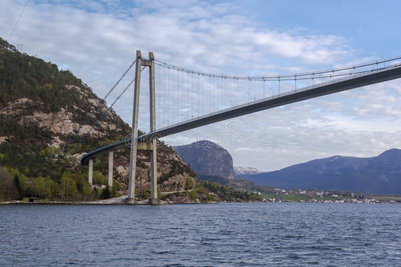 Под мостом Lysefjord, перспектива шлюпки стоковое фото rf