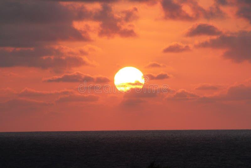 Под солнцем в море стоковое изображение rf